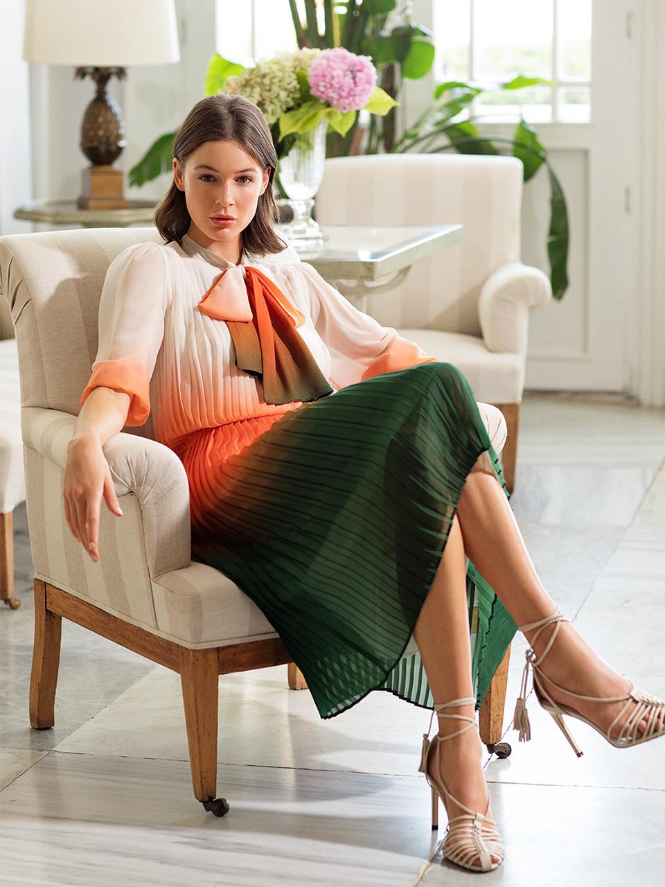 Yakası Bağlamalı Piliseli Elbise