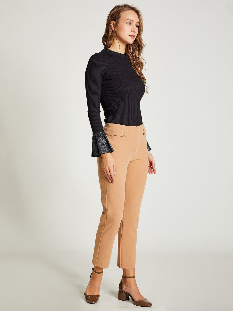 Button Detailed Capri Trousers