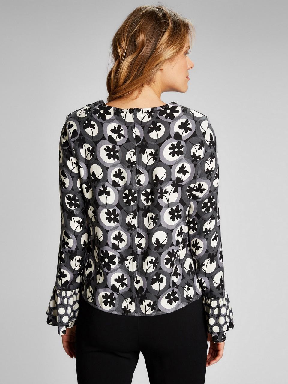 Kolları volanlı kayık yaka önü dekolteli bluz