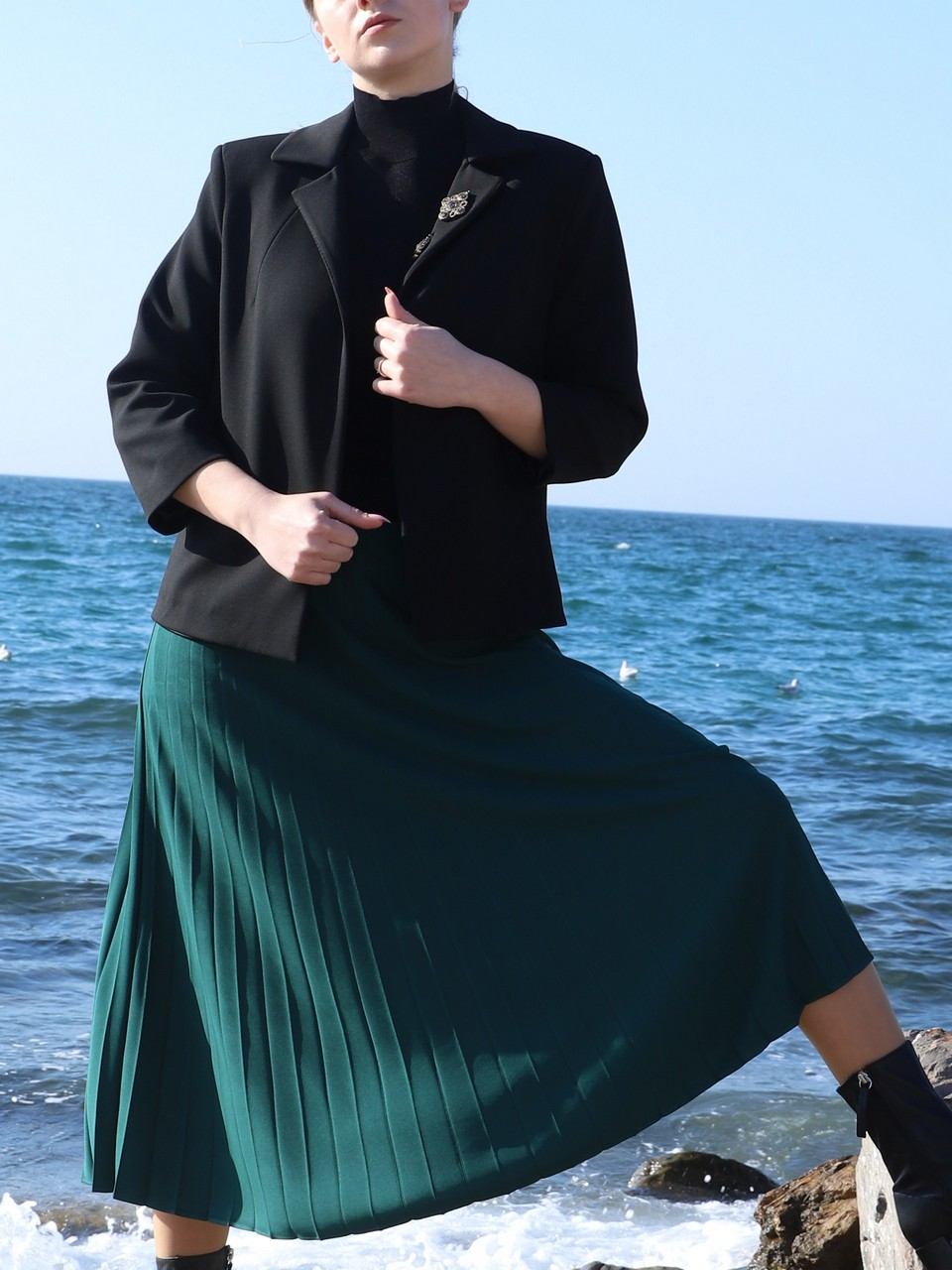 Three Quarter Sleeve Buttonless Jacket With Brooch